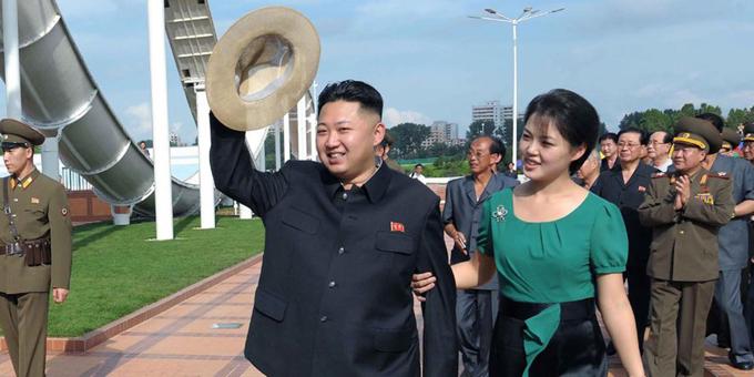 Theo Business Insider, nhà lãnh đạo Triều Tiên Kim Jong-un được cho là có ba con với vợ, Ri Sol-ju. Kim và vợ kết hôn bí mật vào năm 2009.  Trong ảnh, Kim Jong-un và vợ vào năm 2012. Ảnh: AP.