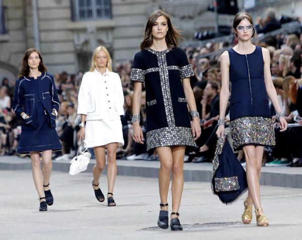 Ngày 30/9, ông lớn Chanel đã giới thiệu bộ sưu tập Xuân hè 2015 thuộc khuôn khổ Paris Fashion Week trong sự chờ đón của giới mộ điệu. Cứ mỗi mùa thời trang, khán giả không chỉ trông đợi ở nhà mốt danh tiếng này những thiết kế đẳng cấp mà còn hồi hộp xem ông hoàng đầu bạc Karl Lagerfeld sẽ đem đến sự sáng tạo như thế nào về cách set-up sân khấu.