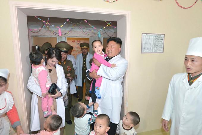 Không có một bức ảnh công khai nào về các con của Kim Jong-un được lọt ra ngoài. Tuy nhiên, cặp vợ chồng này thỉnh thoảng có chụp ảnh với trẻ con tại đất nước của mình. Trong ảnh, Kim Jong-un và Ri Sol-ju chơi đùa với trẻ em trong chuyến thăm bệnh viện đa khoa Taesongsan năm 2014. Ảnh: Reuters.