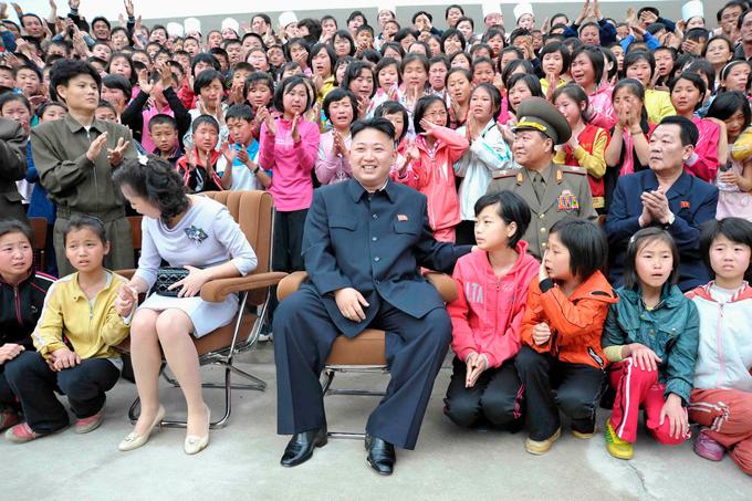 Vợ chồng Kim thăm trung tâm chăm sóc trẻ em năm 2013 ở dưới chân núi Mt. Myohyang, tỉnh North Phyongan. Ảnh: Reuters.