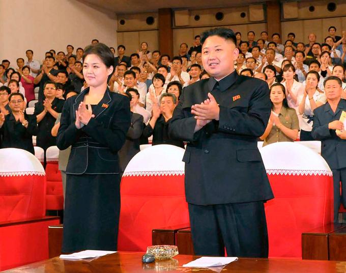 Đồng thời, những thông tin về các con của Kim Jong-un gần như được giữ kín hoàn toàn. Chỉ một vài tin đồn cho rằng cặp vợ chồng quyền lực nhất Triều Tiên có con trai cả sinh năm 2010, con gái thứ hai sinh năm 2013 và con út chưa rõ giới tính, sinh tháng 2/2017. Trong ảnh, Kim và vợ xem buổi biểu diễn của ban nhạc Moranbong ở Bình Nhưỡng năm 2012. Ảnh: Reuters.