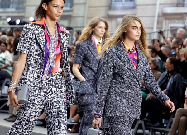 Dàn mẫu catwalk đơn lẻ hoặc theo từng nhóm, khoác lên mình những bộ trang phục hiện đại, sải bước mạnh mẽ như đang thể hiện tuyên ngôn về nữ quyền.