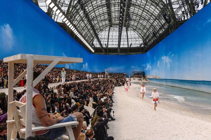 Chanel biến bảo tàng thành bãi biển  - 1