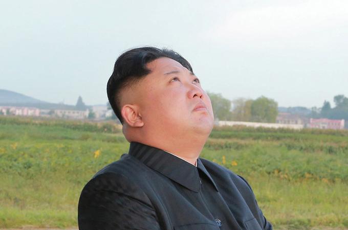 Con trai cả được hy vọng sẽ là người thừa kế của Kim Jong-un. Trong ảnh, nhà lãnh đạo Triều Tiên chỉ đạo việc phóng tên lửa Hwasong-12 vào năm 2017. Ảnh: Reuters.