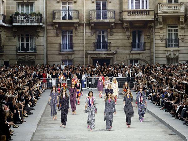 Lần này, show diễn tiếp tục được tổ chức trong bảo tàng Grand Palais, nhưng các khách mời không thể nhận ra không gian quen thuộc nơi đây, bởi nó đã được phù phép để trở thành Đại lộ Chanel (Boulevard Chanel) vô cùng hoành tráng, có những dãy nhà cổ kính bao quanh, và khán giả ngồi hai bên vỉa hè chiêm ngưỡng loạt tác phẩm mới của nhà thiết kế 81 tuổi.