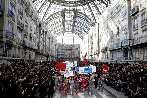 Cuối show diễn, sàn runway biến thành một con đường huyên náo, toàn bộ dàn mẫu tham gia cuộc tuần hành với nhiều biểu ngữ mang nội dung khẳng định quyền lợi và vị thế của phái đẹp như
