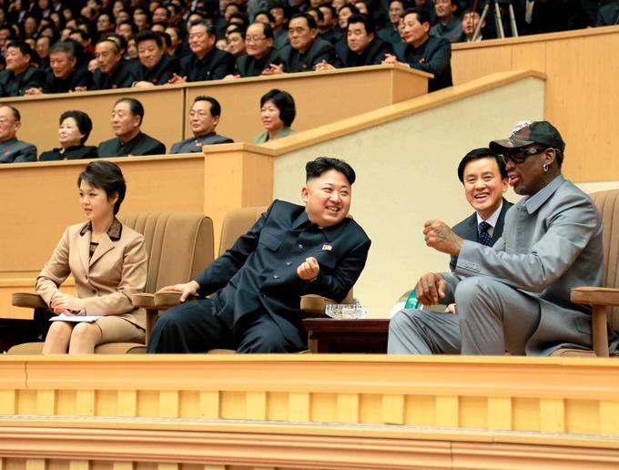 Con thứ hai của Kim Jong-un được cho là bé gái có tên Ju-ae. Cựu ngôi sao bóng rổ Mỹ, Dennis Rodman, từng tiết lộ rằng đã gặp đứa bé này vào năm 2013. Tôi bế Ju-ae và nói chuyện với Ro. Kim là một người bố tốt và có một gia đình hạnh phúc, Rodman nói với The Guardian. Trong ảnh: Kim xem một trận bóng rổ với Dennis Rodman tại nhà thi đấu thể thao Bình Nhưỡng vào ngày 9/1/2014: Ảnh: Reuters.