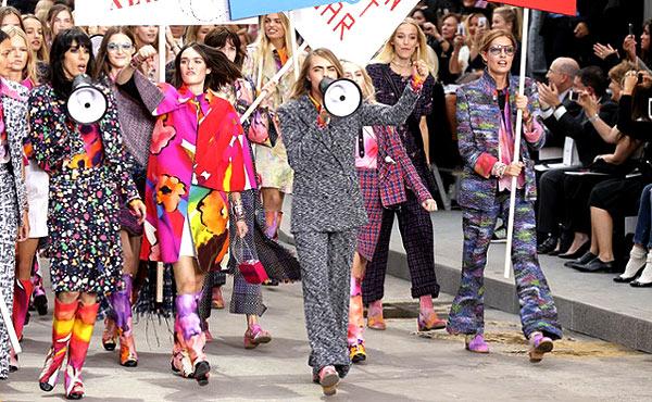 Dàn mẫu Chanel tuần hành trên đường phố - 4