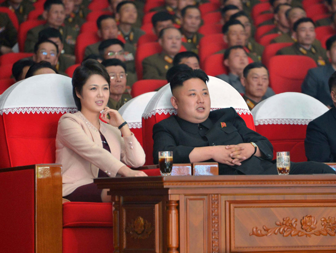 Thực chất, độ tuổi và năm sinh chính xác của các con của vợ chồng nhà lãnh đạo Triều Tiên rất khó xác định. Người ta chỉ có thể suy luận đại khái từ những khoảng thời gian dài mà vợ của Kim, phu nhân Ri -Sol-ju bỗng biến mất. Trong ảnh, Kim và vợ xem buổi biểu diễn của ban nhạc Moranbong tại nhà văn hóa Bình Nhưỡng vào ngày 25/4/2014. Ảnh: Reuters.