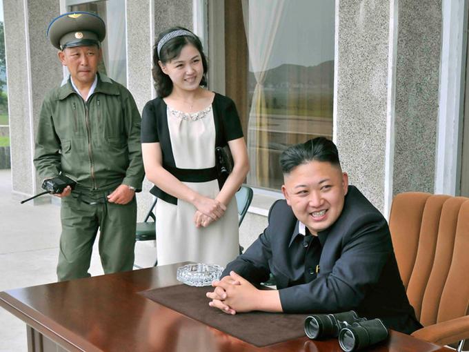 Kim Jong-un và phu nhân trong một bức ảnh không công bố rõ thời gian chụp. Ảnh: AP.