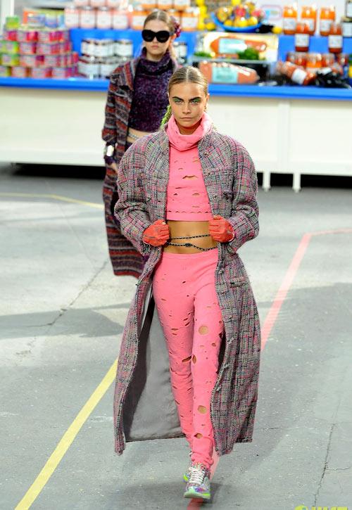 Siêu mẫu tomboy Cara Delevingne tiếp tục giữ vai trò vedette của Chanel trong buổi trình diễn độc đáo này.