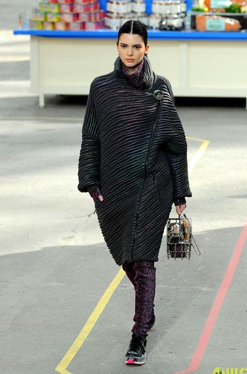 Bộ sưu tập Chanel thu đông năm nay có sự tham gia trình diễn của người mẫu xinh đẹp sinh năm 1995 Kendall Jenner - em gái cùng mẹ khác cha của Kim Kardashian.