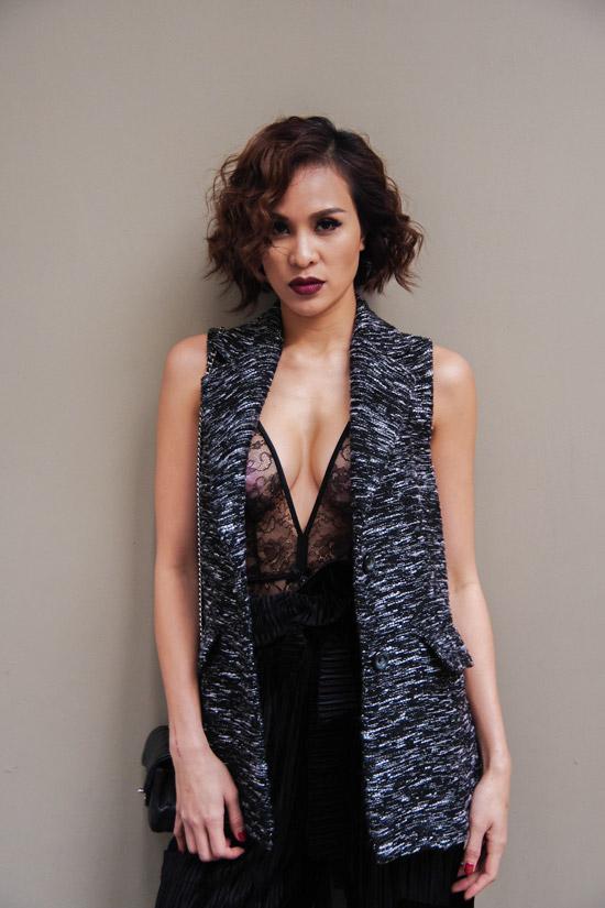 Áo lưới xuyên thấu, xẻ ngực sâu để lộ vòng 1 nóng bỏng của nữ MC.