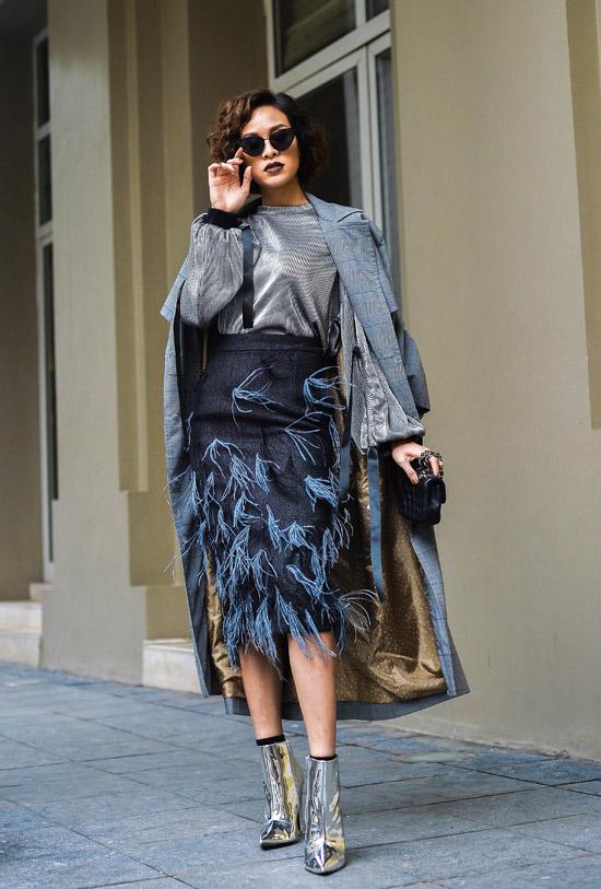 Chân váy bút chì đính lông càng thêm cá tính khi được Phương Mai mix cùngáo silver metalic.