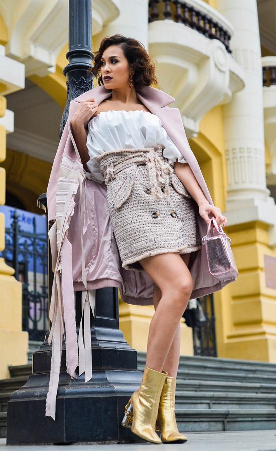 Chân váy dạ tweed, áo trắng điệu đàvà áo khoác baby pink oversize mang đến cho Phương Maivẻ thời thượng. Túi xách Dior màu hồng cùng boots cổ ngắn ánh kim càng khiến cônổi bật hơn.