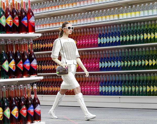Chân dài catwalk trong siêu thị Chanel vui nhộn - 3