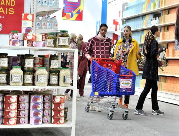 Các chân dài còn đẩy xe chứa đồ, xem xét hàng hóa như đang cùng nhau mua sắm trong một siêu thị thực sự.