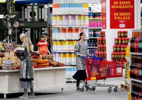 Chân dài catwalk trong siêu thị Chanel vui nhộn - 4