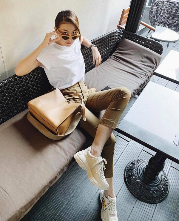 Thiết kế quần ống côn dáng ôm phối cùng áo thun sẽ mang đến vẻ ngoài trẻ trung. Chọn các kiểu giầy sneaker hợp trend đi kèm sẽ giúp bạn gái thêm phần sành điệu không thua kém Thanh Hằng.