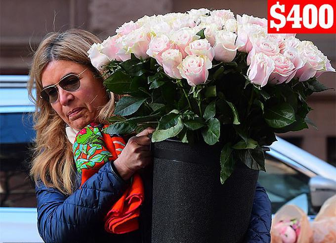 Bữa tiệc được tổ chức vào chiều ngày 19/2 tại khách sạn The Mark ở khu Upper East Side và được trang trí bởi vô vàn hoa tưới. Trong đó, nổi bật là một chậu hoa hồng thân dài màu hồng nhạt của cửa hàng Lady Fleur NYC.