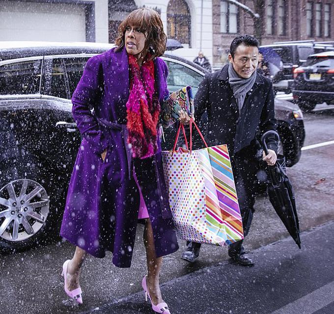 Ngay cả một số khách tham dự khách mời cũng nhắm tới màu hồng khi mang quà tới. Trong ảnh, Gayle King mặc đồ màu tím, hồng, cầm theo một túi quà có màu sắc tương đồng đi vào bữa tiệc.