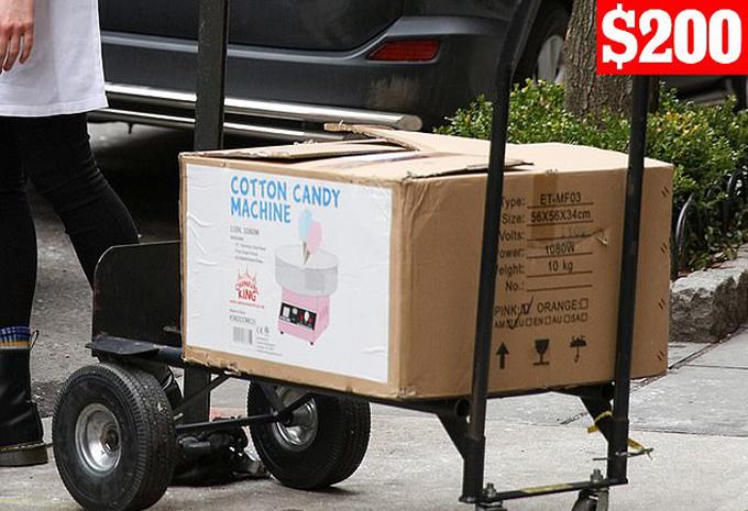 Bên cạnh đó, máy làm kẹo bông màu hồng của Carnival King cũng được phát hiện chuyển đến khách sạn trước giờ diễn ra buổi tiệc.