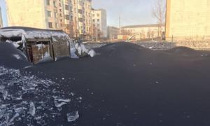 Tuyết chuyển màu đen sau một đêm vì ô nhiễm nặng ở Nga