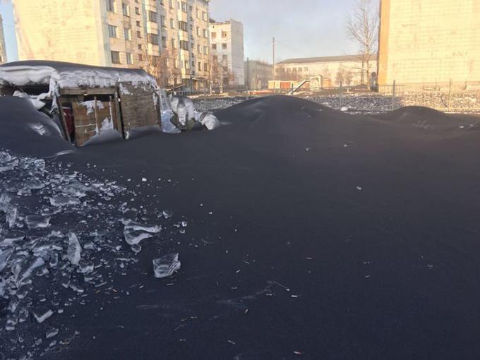 Lớp tuyết màu đen bao phủ vùng Kuzbass hồi giữa tháng 2. Ảnh: KV.