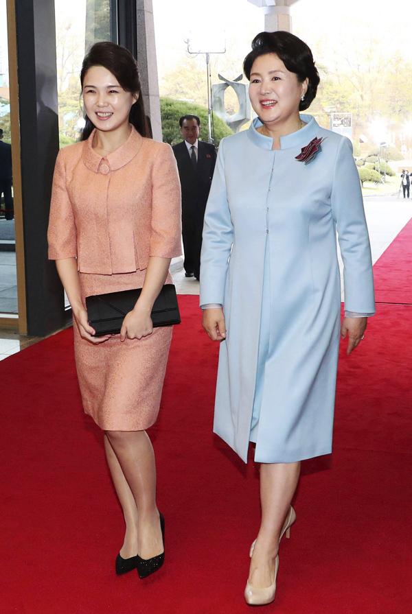 Sau lần đầu công khai xuất hiện bên nhà lãnh đạo Triều Tiên Kim Jong-un tại một chương trình ca nhạc năm 2012, đệ nhất phu nhân Ri Sol-ju tháp tùng chồng trong nhiều sự kiện và liên tiếp phủ sóng truyền thông. Bà được xem là nhân vật làm nên cuộc cách mạng thời trang ở Triều Tiên khi thường xuyên mặc trang phục thanh lịch mang âm hưởng phương Tây và dùng phụ kiện hàng hiệu. Theo SCMP, cả ông Kim Jong-un và vợ đều yêu thích các mặt hàng ngoại nhập xa xỉ.Tại hội nghị thượng đỉnh liên Triều ngày 27/4/2018, bà Ri gây ấn tượng trong bộ váy màu pastel nữ tính, phối kèm phụ kiện ton-sur-ton đen. Mẫu clutch phu nhân Triều Tiên cầm trên tay là thiết kế Diorama đình đám từ thương hiệu Dior.