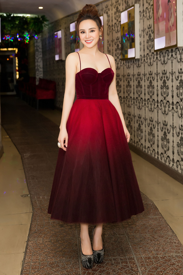 Vy Oanh khoe nhan sắc quyến rũ khi mặc váy corset tôn vòng một và làn da trắng mịn màng.