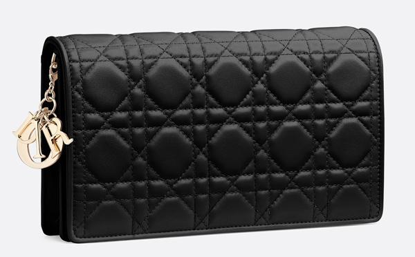 Thiết kế clutch Lady Dior có giá web là 1.350 USD nhưng được bán ở mức 1.600 USD (hơn 37 triệu đồng) tại Hàn Quốc.