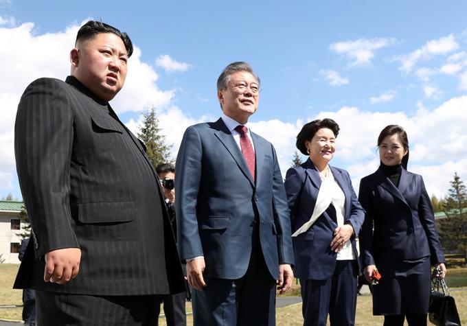 Trong khuôn khổ hội nghị thượng đỉnh liên Triều tháng 9/2018, khi cùng vợ chồng Tổng thống Hàn Quốc Moon Jae-in tới thăm nhà khách Samjiyon (Triều Tiên), bà Ri sử dụng túi xách Chanel 2.55 cổ điển.
