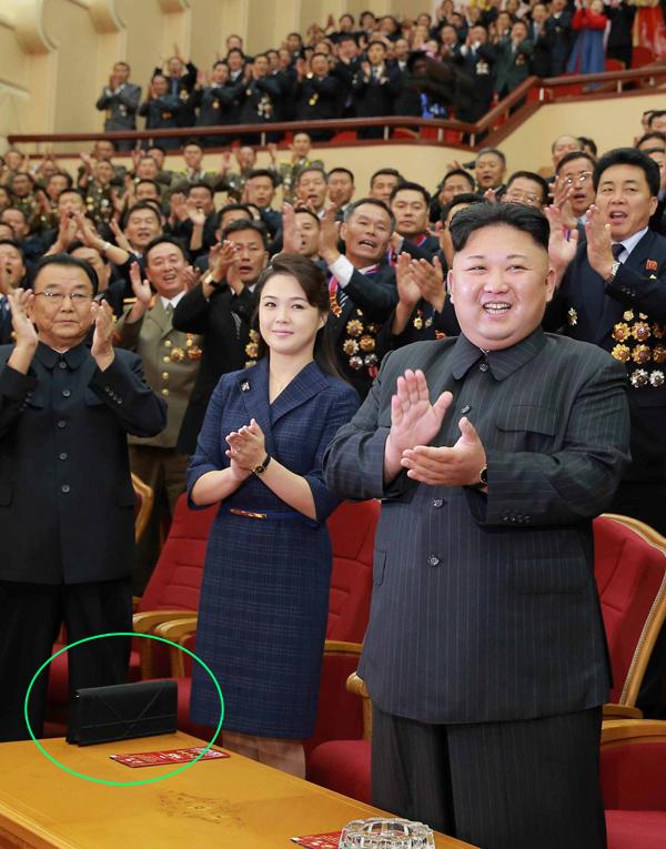 Tháng 9/2017, Ri Sol-ju cũng sử dụng chiếc ví cầm tay bản lớn này khi tham dự bữa tiệc chúc mừng thành công của vụ thử bom hạt nhân.