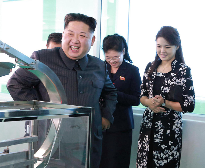 Bà tiếp tục xuất hiện cùng nó trong chuyến thị sát một nhà máy mỹ phẩm ở thủ đô Bình Nhưỡng, cuối tháng 10/2017.
