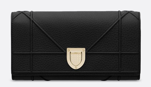Mẫu clutch Dior da bê thuộc dòng Diorama hiện đại được yết giá 1.200 USD (28 triệu đồng) trên web Mỹ.
