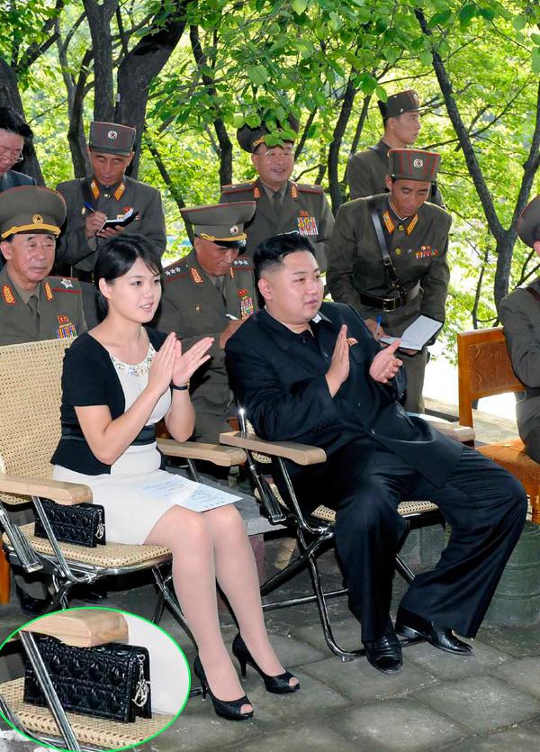 Ngay từ đầu tháng 8/2012 - không lâu sau lần đầu chính thức xuất hiện cùng ông Kim Jong-un, bà Ri đã được trông thấy dùng clutch Lady Dior.