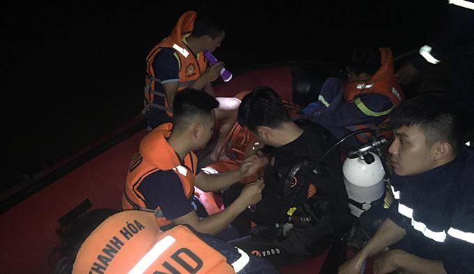 Cảnh sát PCCC và CHCN tìm kiếm nạn nhân trên sông Mã.