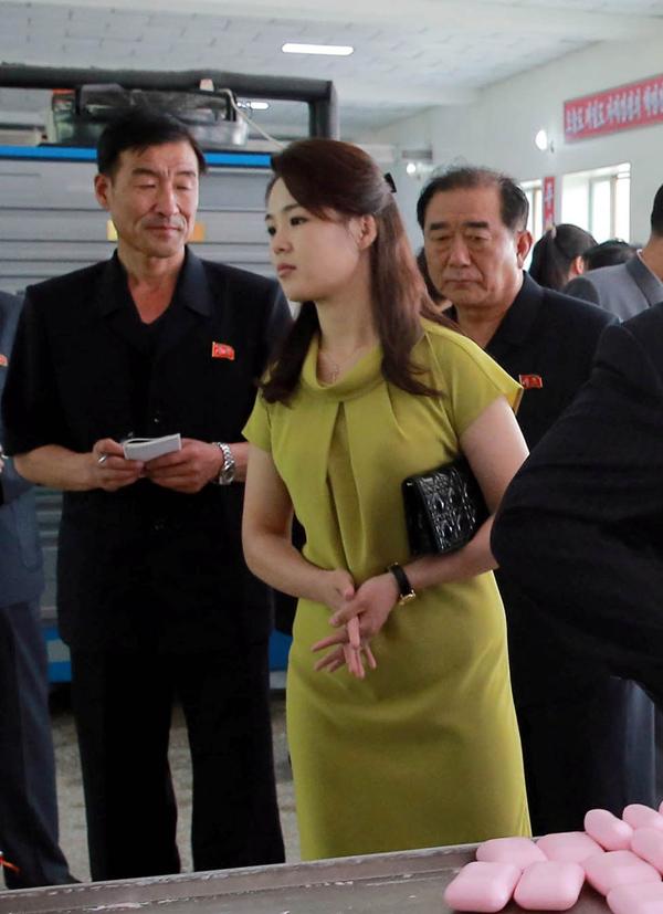 Hãng thông tấn quốc gia Triều Tiên KCNA hôm 1/7/2018 đưa tin, nhà lãnh đạo trẻ và phu nhân tới thăm một nhà máy mỹ phẩm ở thị trấn Sinuiju. Tại đây, Ri Sol-ju gây chú ý khi mặc đầm xanh cốm và dùng clutch Lady Dior.