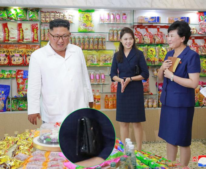 Cuối tháng 7/2018, KCNA công bố loạt hình ảnh Kim Jong-un đi thị sát các nhà máy sản xuất thực phẩm. Vợ ông ghi điểm với mẫu váy dáng vest xanh thẫm thanh lịch, kết hợp món phụ kiện yêu thích.