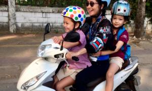 Ảnh hot 22/2: Ba mẹ con Hồng Nhung chào ngày mới trên chiếc xe ga