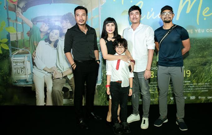 Nhà sản xuất Bá Cường (ngoài cùng bên trái) chụp ảnh cùng đạo diễn và ba diễn viên chính của phim. Trước đây Bá Cường từng là diễn viên phim truyền hình, vài năm nay anh chuyển sang lĩnh vực sản xuất phim.