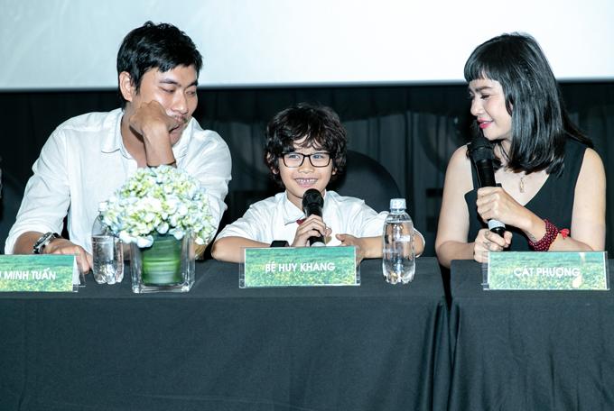 Vợ chồng Cát Phượng cùng bé Huy Khang xem lại bộ phim trong buổi ra mắt tại TP HCM. Diễn viên nhí khá tròn vai khi hóa thân một em bé 10 tuổi bị bệnh tự kỷ.
