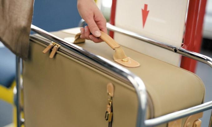 Sân bay nào cũng có khay đo kích thước và cân nặng của hành lý xách tay trước khi check in. Ảnh: aviabag