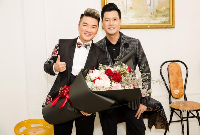 Mr Đàm đọ vẻ lịch lãm với đồng nghiệp Quang Dũng.