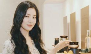 Song Hye Kyo nối tóc cho hợp váy ren