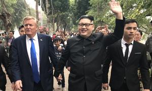 'Trump - Kim' dắt tay nhau đi dạo ở Hà Nội