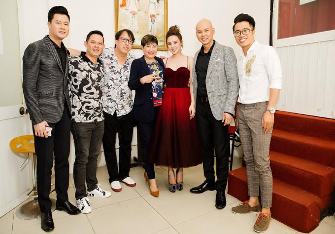 Đêm nhạc từ thiện Tình nghệ sĩ còn có sự tham gia của ca sĩ Phan Đinh Tùng. Các nghệ sĩ và bầu show Liên Phạm (thứ tư từ trái qua) - người tổ chức chương trình chụp ảnh kỷ niệm tại một phòng trà ở TP HCM.