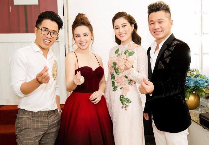 MC Quốc Bình, ca sĩ Tố My (mặc áo dài) và Lâm Hùng (áo đen) vui vẻ hội ngộ Vy Oanh. Từ khi sinh con thứ hai, giọng ca Đồng xanh tập trung cho việc làm vợ, làm mẹ và kinh doanh, ít đi hát hơn trước.