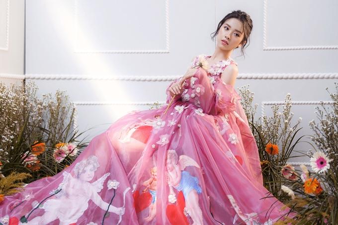 Mỹ nhân gốc Kiên Giang lựa chọn các mẫu váy dạ hội có chất liệu voan lưới, ren mềm mại.