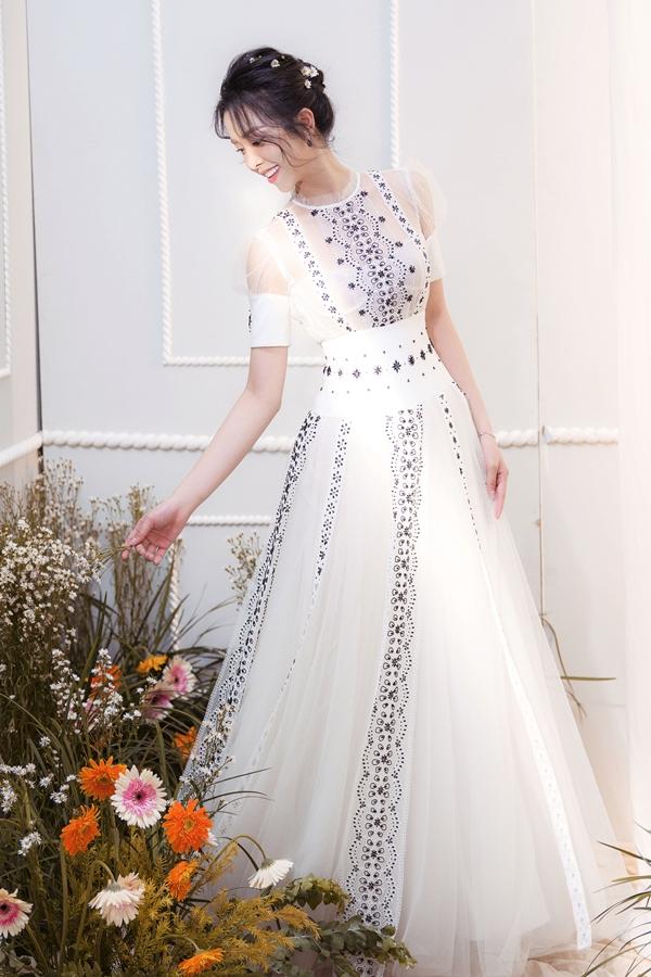 Váy xòe bồng bềnh điểm xuyết họa tiết ren, bèo nhún cho bạn gái thêm yêu kiều, duyên dáng. Chi tiết nhấn eo giúp tôn dáng.